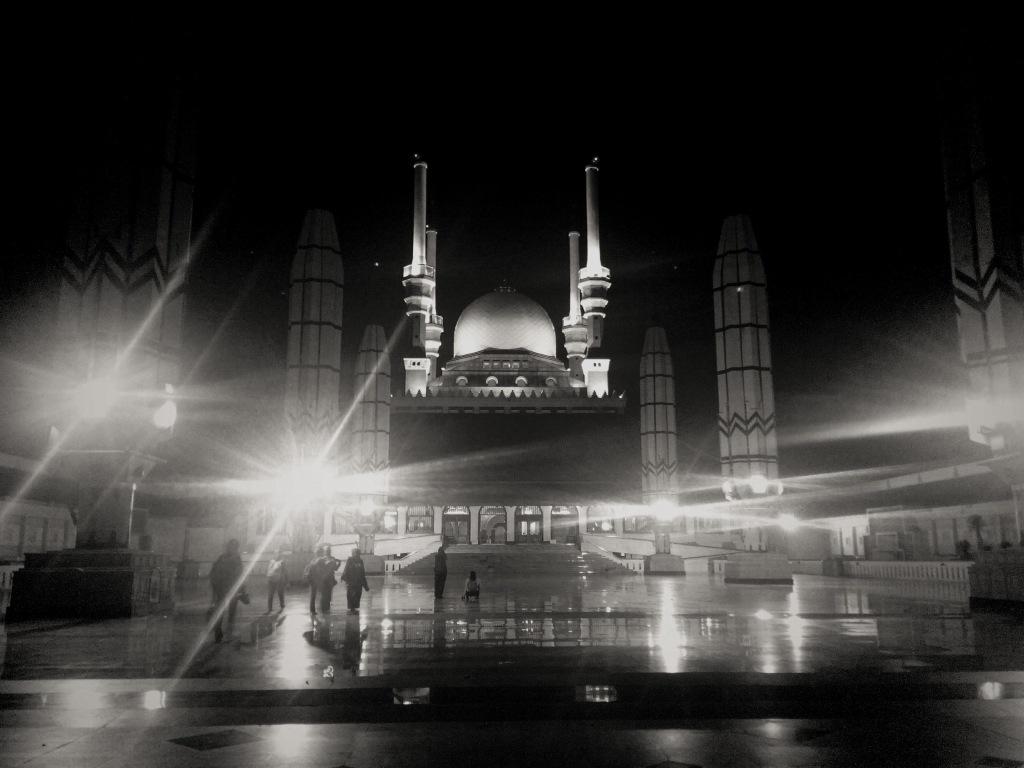 Bagian luar Masjid Agung dan rombongan Jakarta